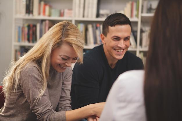 Groep vrienden genieten van studeren samen in de bibliotheek