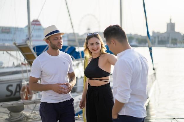 Groep vrienden in de haven