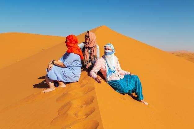 Groep vrienden in de saharawoestijn.