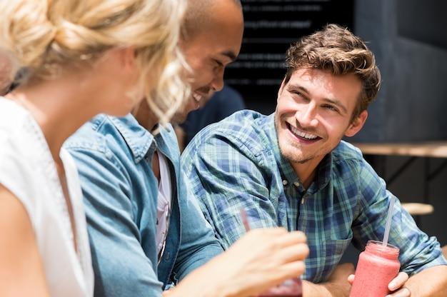 Groep vrienden in een café buiten ontspannen