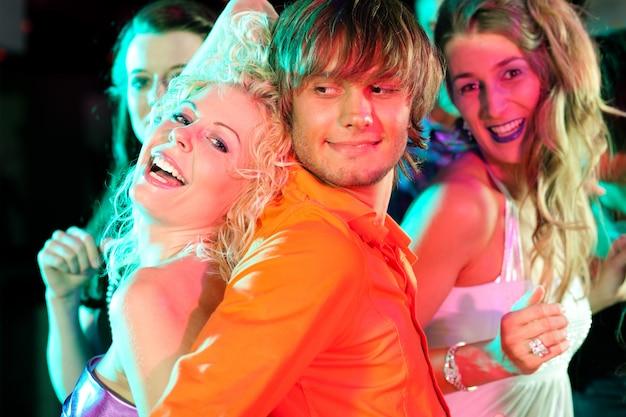 Groep vrienden in nachtclub
