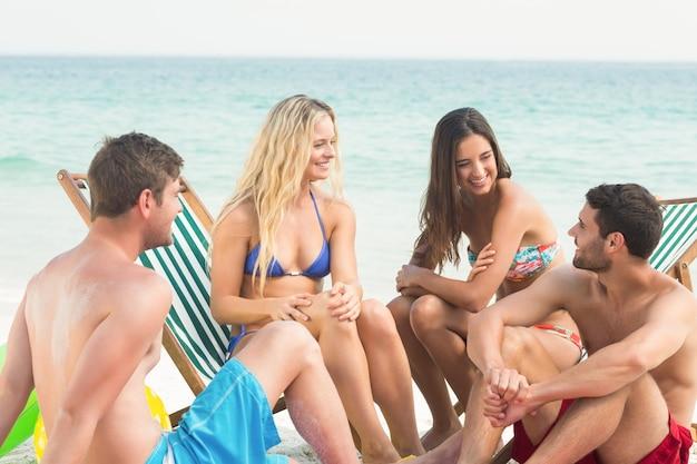 Groep vrienden in zwemkleding