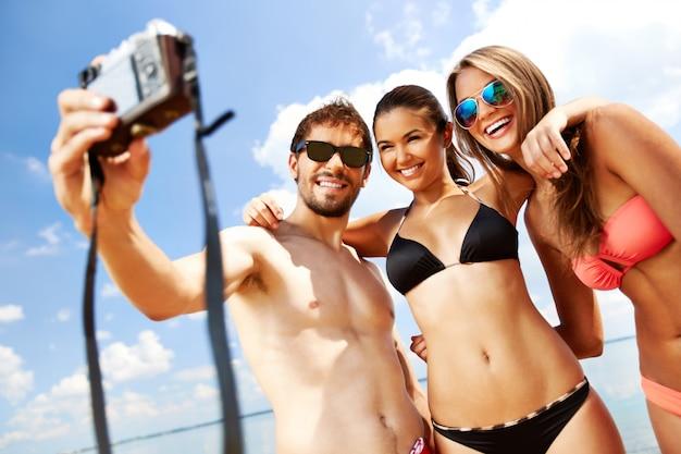 Groep vrienden in zwempakken het nemen van een selfie
