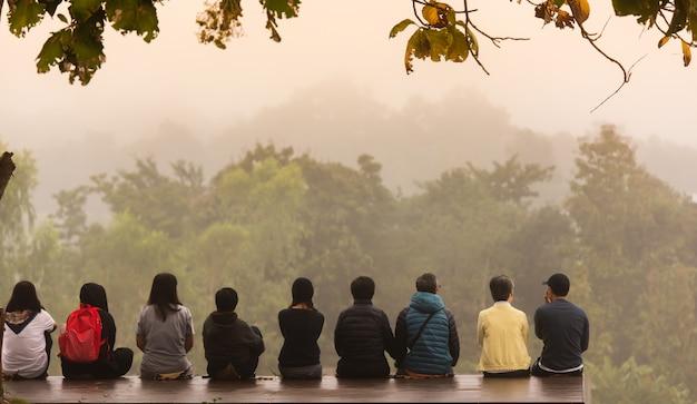 Groep vrienden kijken naar het bos