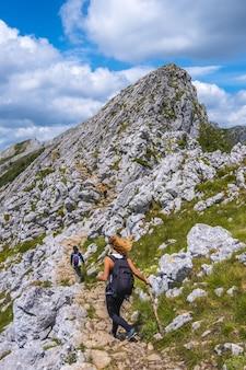Groep vrienden klimmen naar de top van mount aizkorri beklimming