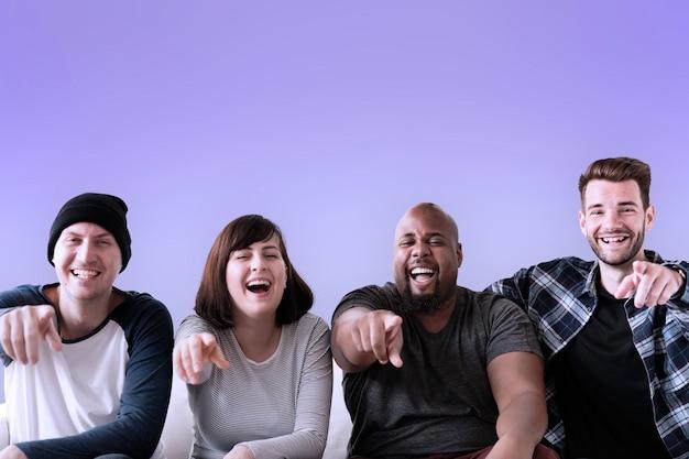 Groep vrienden lachen en wijzen