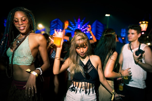 Groep vrienden leuke evenementen dansvakantie