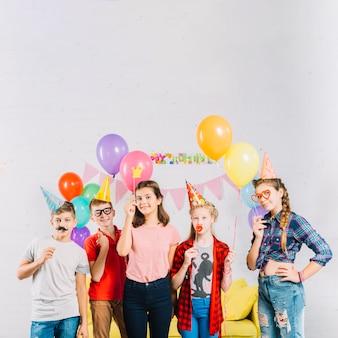 Groep vrienden met ballonnen en rekwisieten