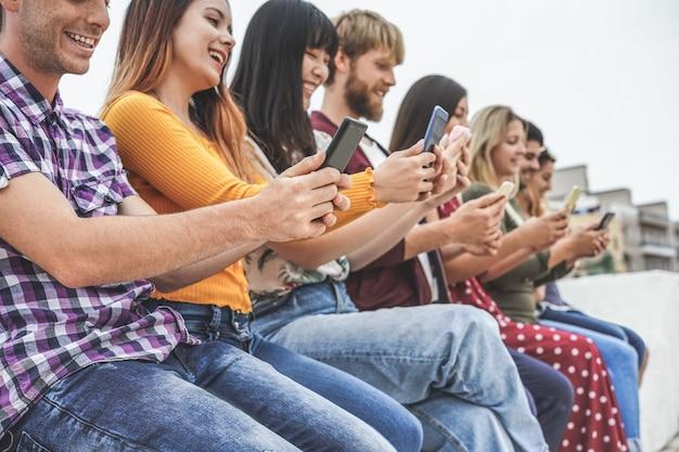 Groep vrienden met behulp van app voor slimme mobiele telefoons