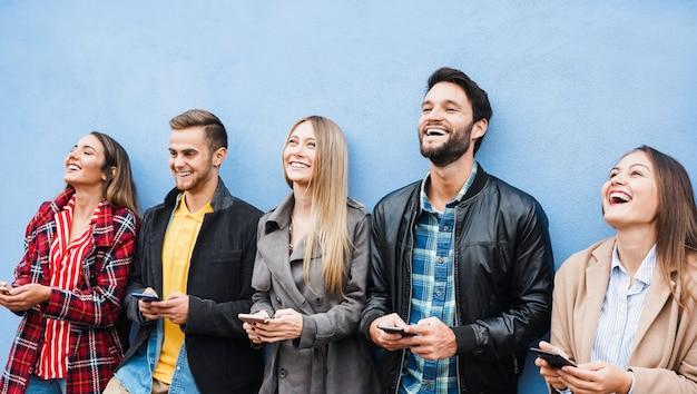 Groep vrienden met behulp van slimme mobiele telefoons