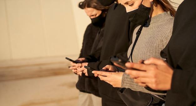 Groep vrienden met behulp van smartphones