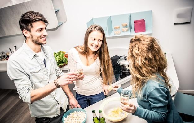 Groep vrienden met diner thuis