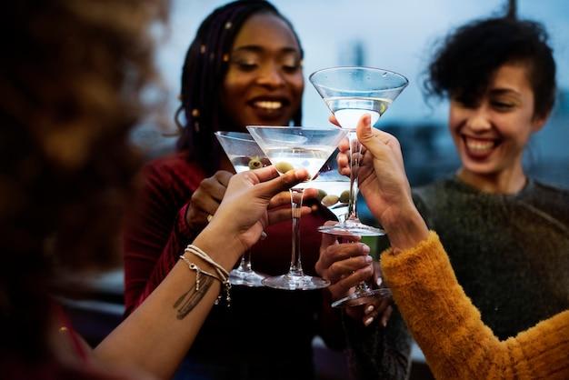 Groep vrienden met een feestje