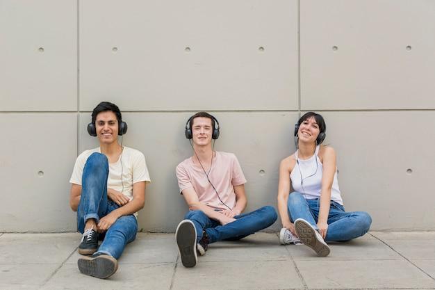 Groep vrienden met een koptelefoon op