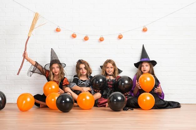 Groep vrienden met kostuums van vampieren en heksen voor halloween-vakantie