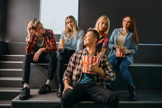 Groep vrienden met plezier in de bioscoop