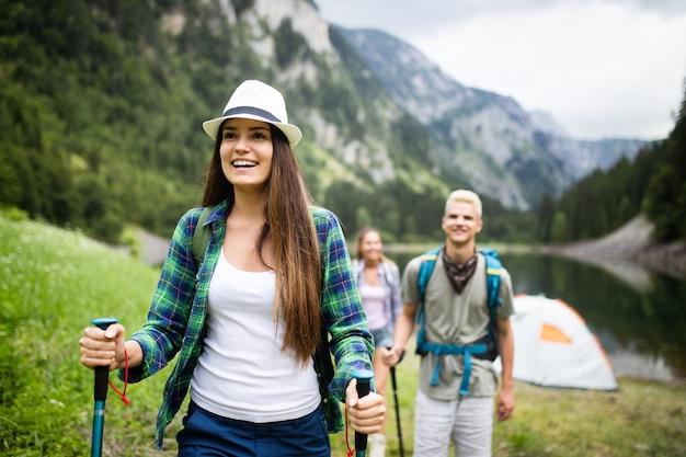 Groep vrienden met rugzakken die samen in de natuur wandelen