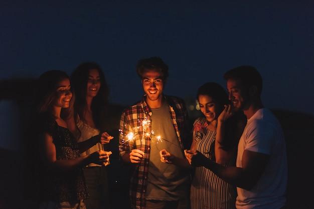 Groep vrienden met sparklers