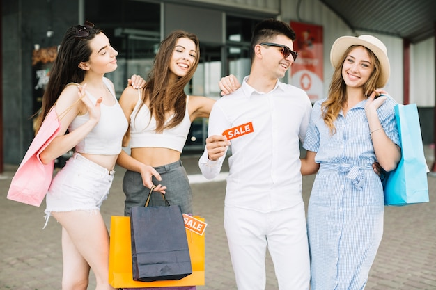 Groep vrienden met verkoop tag