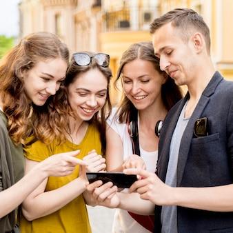 Groep vrienden mobiel controleren