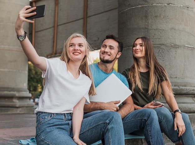 Groep vrienden nemen een selfie