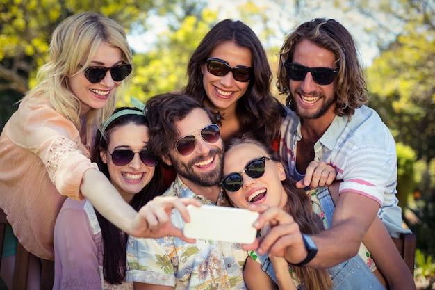 Groep vrienden nemen selfie met mobiele telefoon