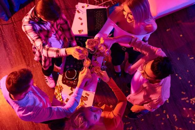 Groep vrienden nieuwjaar vieren
