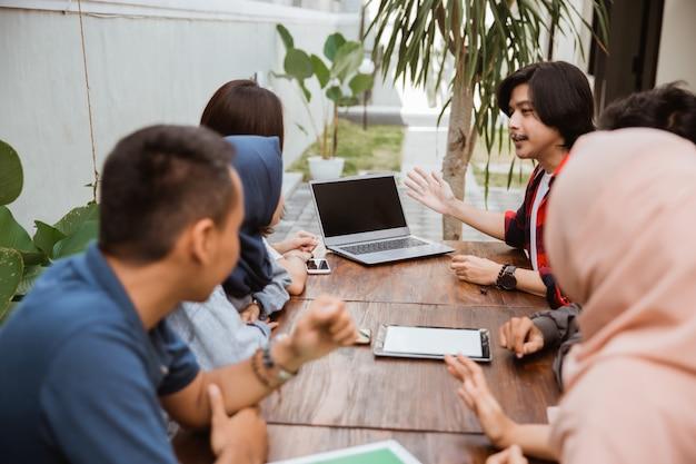 Groep vrienden office meeting samen
