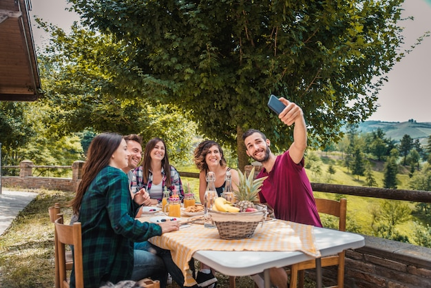 Groep vrienden ontbijten in een boerderij