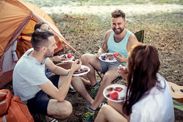 Groep vrienden op een camping