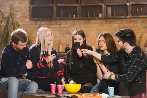Groep vrienden op een feestje