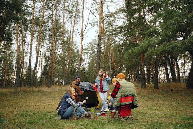 Groep vrienden op een kampeer- of wandeltocht in de herfstdag