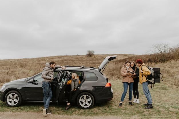 Groep vrienden op een reis samen