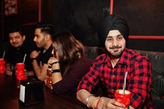 Groep vrienden plezier en rust in nachtclub, cocktails drinken