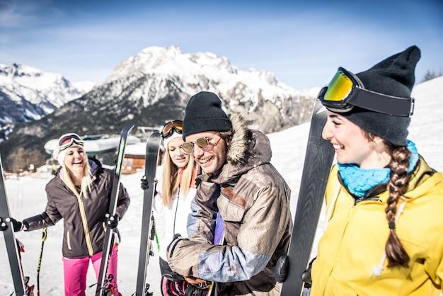 Groep vrienden plezier in de sneeuw