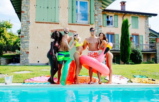Groep vrienden plezier in het zwembad