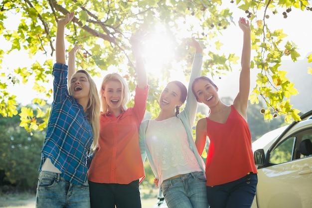 Groep vrienden plezier in park