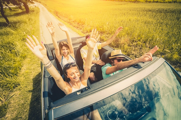 Groep vrienden plezier op autoreis rond europa. vrienden op vakanties rijden op de weg