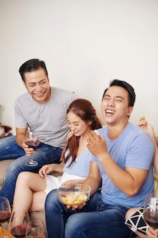 Groep vrienden plezier op feestje