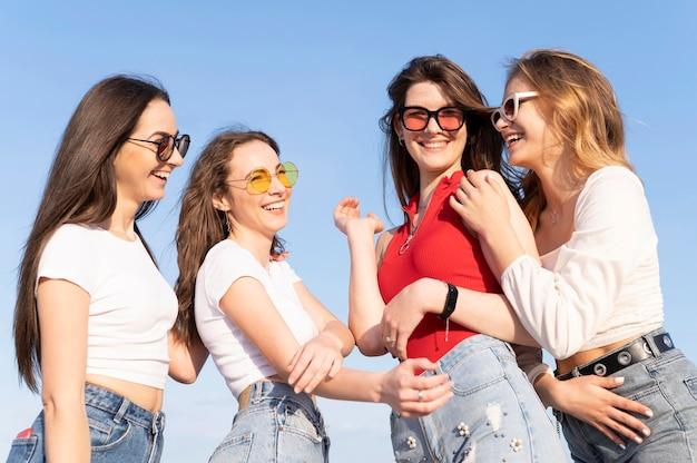 Groep vrienden plezier op het strand