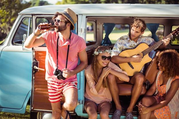 Groep vrienden plezier op muziekfestival
