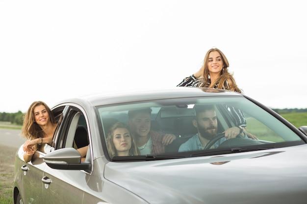 Groep vrienden plezier op road trip