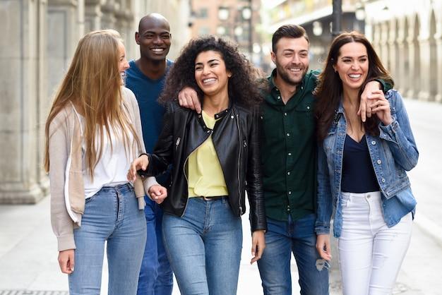 Groep vrienden plezier samen in openlucht