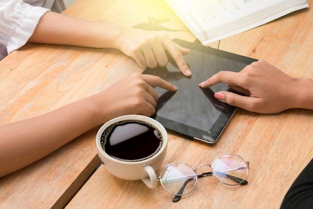 Groep vrienden plezier samen met tablet