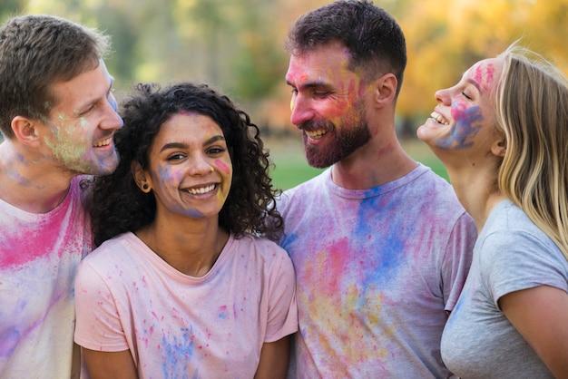 Groep vrienden poseren bedekt met kleur