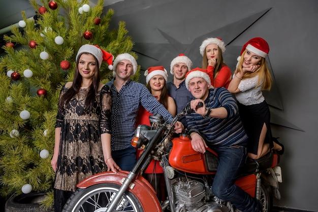 Groep vrienden poseren in kerststudio