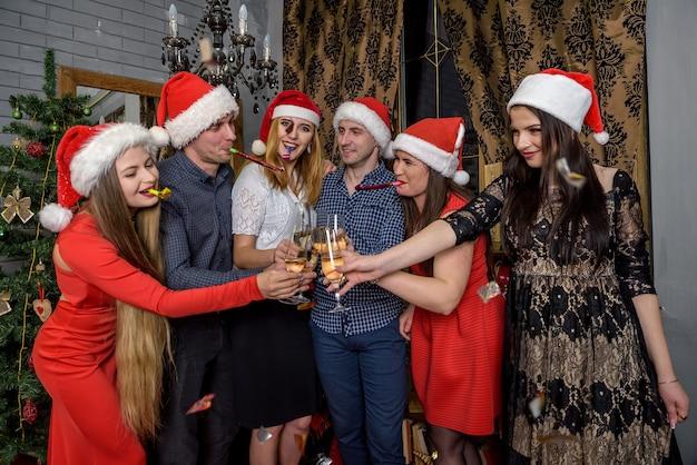 Groep vrienden poseren in nieuwjaarsstudio