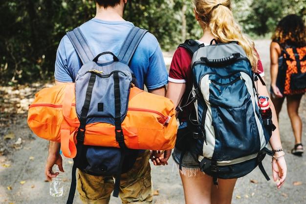 Groep vrienden reizen