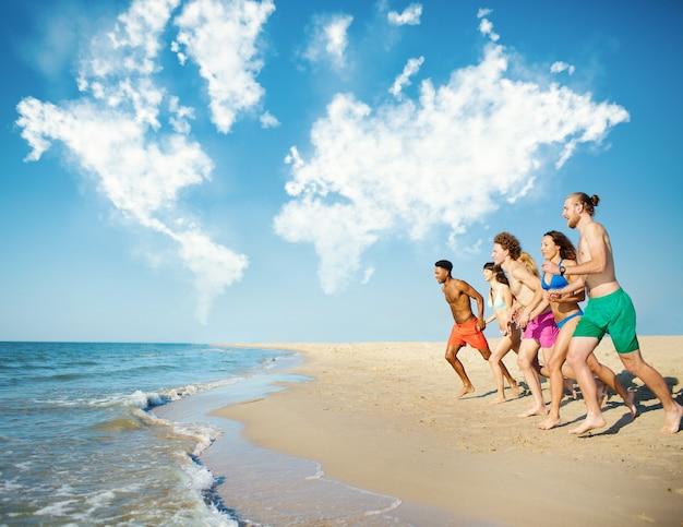 Groep vrienden rennen in de blauwe zee met wereldkaart gemaakt van wolken