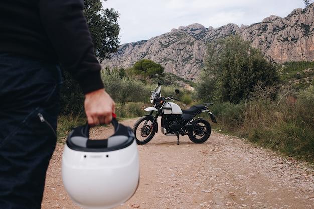 Groep vrienden rijden motorfietsen in het bos